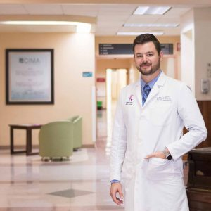 dr-marco-chazaro-en-interior-de-hospital-cima